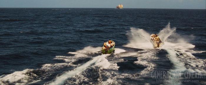Los piratas somalís liderados por Muse, alcanzando el carguero.